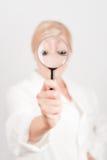 Giovane bello scienziato della donna con vetro di zumata Fotografie Stock