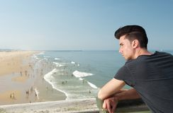 Giovane bello sulla vacanza alla spiaggia Immagini Stock Libere da Diritti