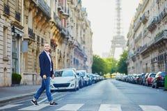Giovane bello vicino alla torre Eiffel Immagini Stock