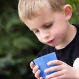 Giovane bere del ragazzo Fotografia Stock Libera da Diritti