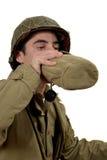 Giovane bevanda del soldato americano un'acqua fotografie stock