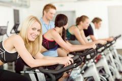 Giovane bici della gente di forma fisica che fila con l'istruttore Fotografia Stock