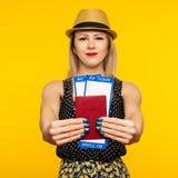 Giovane biglietto emozionante sorridente del passaggio di imbarco del passaporto della tenuta della studentessa isolato su fondo  immagini stock libere da diritti