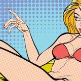 Giovane bionda di menzogne sexy in un vestito di nuoto Bella giovane donna Donna che ha piacere Donna in un sogno Donna dentro Immagine Stock Libera da Diritti