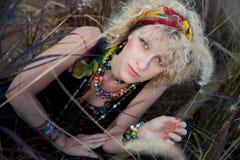Giovane bionda in gioielli africani Fotografie Stock Libere da Diritti