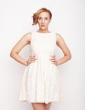 Giovane bionda nella posa bianca del vestito Fotografia Stock