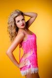 Giovane bionda sexy in un vestito rosa Fotografia Stock