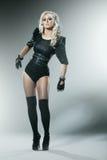 Giovane bionda in vestiti attraenti del nero di alta moda fotografie stock