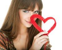 Giovane biondo con un cuore rosso del knit fotografia stock libera da diritti
