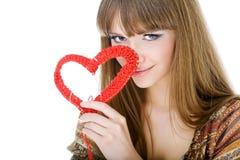 Giovane biondo con un cuore rosso del knit immagine stock libera da diritti