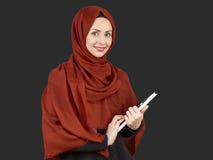 Giovane blocco note musulmano della tenuta della donna Fotografie Stock Libere da Diritti