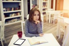 Giovane blogger femminile di bellezza che carica contenuto multimediale Immagini Stock Libere da Diritti