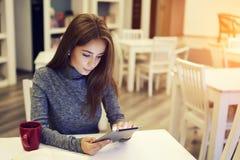 Giovane blogger femminile di bellezza che carica contenuto multimediale Fotografia Stock