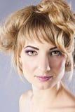 Giovane blonde con trucco piacevole, nello studio Fotografie Stock