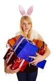 Giovane blonde in un vestito del coniglietto con i regali fotografie stock libere da diritti