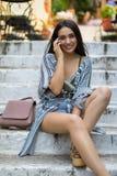 Giovane bohemian come la donna vestita nel concetto mediterraneo della città fotografia stock