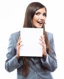 Giovane bordo sorridente della tenuta della donna di affari, porto bianco del fondo Fotografia Stock