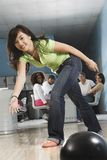 Giovane bowling femminile Immagine Stock