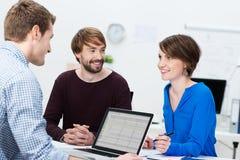 Giovane 'brainstorming' del gruppo di affari Immagine Stock
