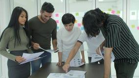 Giovane 'brainstorming' del gruppo di affari che divide le nuove idee in ufficio moderno archivi video