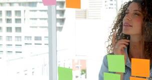 Giovane 'brainstorming' femminile del progettista stock footage
