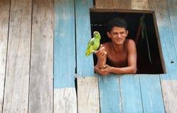 Giovane brasiliano ed il suo pappagallo Fotografia Stock Libera da Diritti