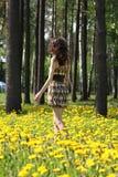 Giovane brunette che cammina lungo il prato Fotografia Stock