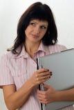 Giovane brunette con un computer portatile Fotografie Stock Libere da Diritti
