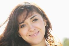 Giovane brunette sorridente al sole fotografie stock libere da diritti