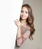 Giovane brunette splendido teenager con il segno in bianco. Fotografia Stock