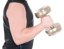 Giovane in buona salute che fa esercizio con il dumbbell contro il fondo bianco. Fotografia Stock