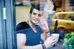 Giovane in caffè Fotografia Stock