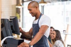 Giovane cameriere che fa fattura immagini stock libere da diritti