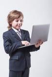 Giovane in camicia e legame con un computer portatile fotografia stock