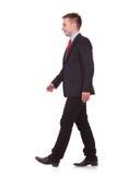 Giovane camminare dell'uomo di affari Fotografia Stock Libera da Diritti