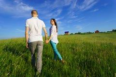 Giovane camminare delle coppie Fotografia Stock