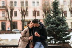 Giovane camminata romantica delle coppie all'aperto, godendosi di fotografia stock libera da diritti