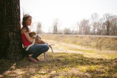 Giovane cane da lepre delle razze del cane di animale domestico che cammina nel parco all'aperto Immagine Stock Libera da Diritti