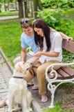 Giovane cane di addestramento delle coppie nella sosta Fotografie Stock Libere da Diritti
