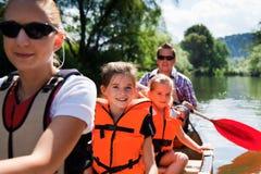 Giovane canoa della famiglia Fotografie Stock Libere da Diritti