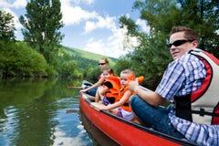 Giovane canoa della famiglia Fotografie Stock