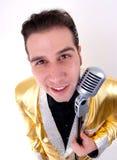 Giovane cantante in rivestimento di Elvis dell'oro Fotografie Stock