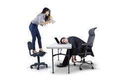 Giovane capo che grida al suo impiegato Fotografia Stock