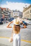 Giovane cappello della tenuta della donna del viaggiatore ed osservare in avanti la vista stupefacente della città Vocazione di e Fotografia Stock Libera da Diritti