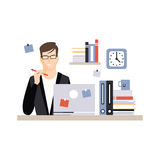 Giovane carattere dell'uomo d'affari che si siede allo scrittorio con il computer portatile ed al funzionamento, vita quotidiana  illustrazione vettoriale