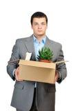 Giovane cardboardbox della stretta dell'uomo d'affari Fotografia Stock