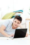 Giovane carismatico che per mezzo del suo computer portatile nel paese Immagine Stock Libera da Diritti