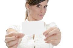 Giovane carta di identità di modello della holding Fotografie Stock
