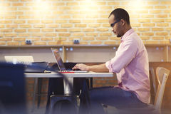 Giovane cartella di invio dello studente e dell'insegnante e cv sul sito Web di occupazione via il computer portatile e il wifi Immagine Stock Libera da Diritti