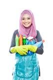 Giovane casalinga che porta molte bottiglie di liquido di pulizia per la pulizia Fotografia Stock